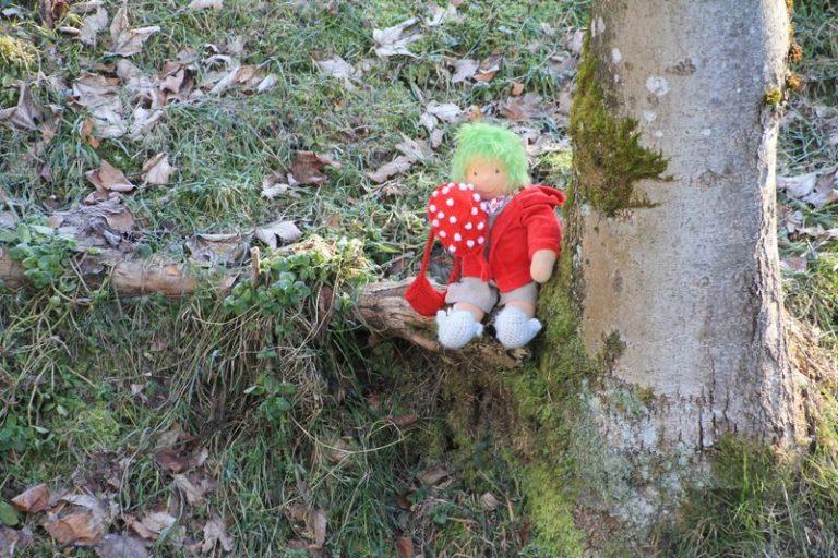 Aggi auf Baumstamm
